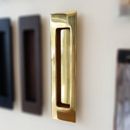 Puxador Concha de Embutir Latão Polido para portas e móveis